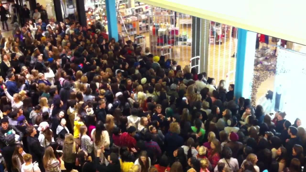 Black-Friday-Crowds-3.jpg